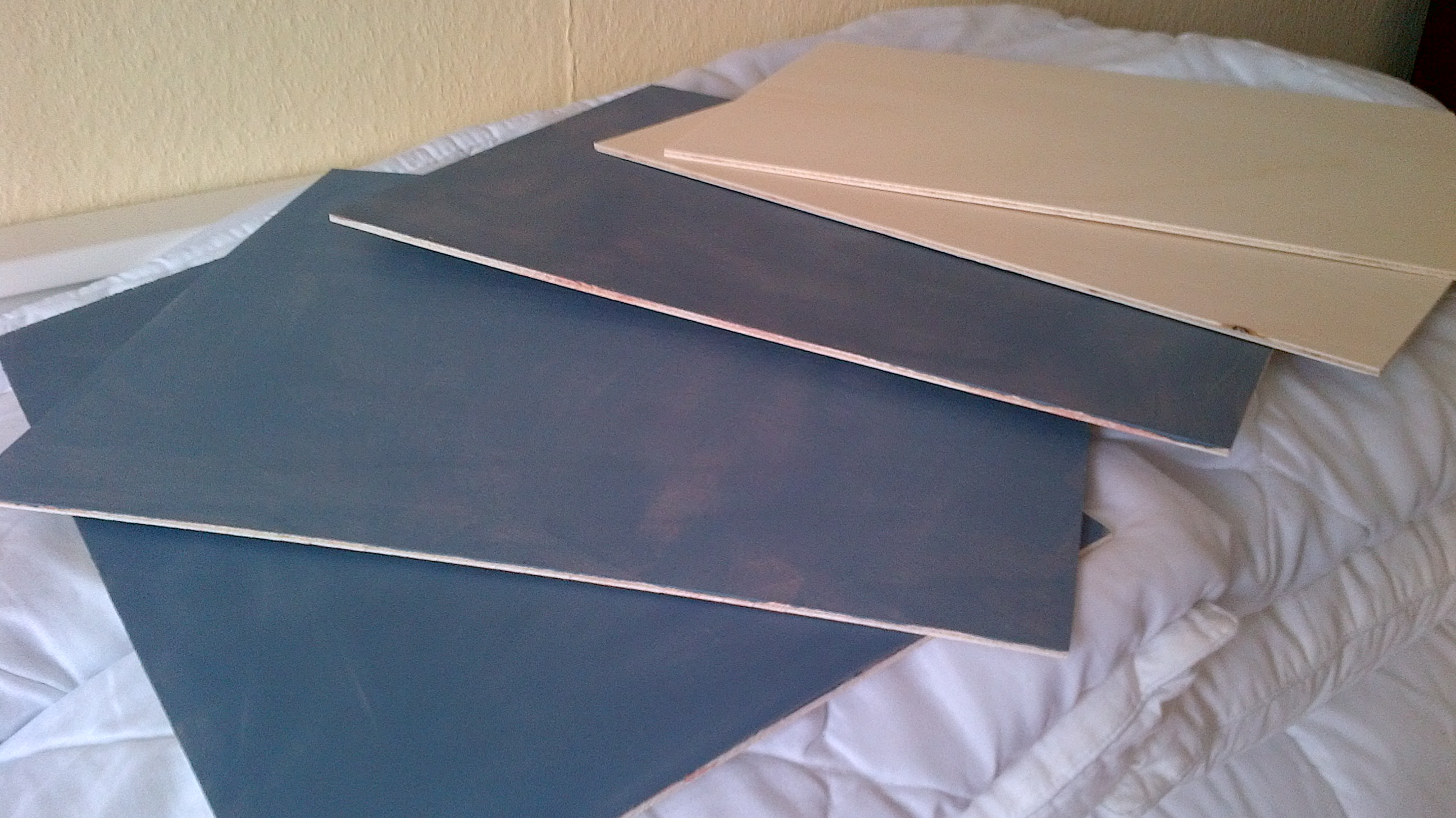 Drei Panele grundiert, zwei ungrundiert./ Three gessoed, two plain.