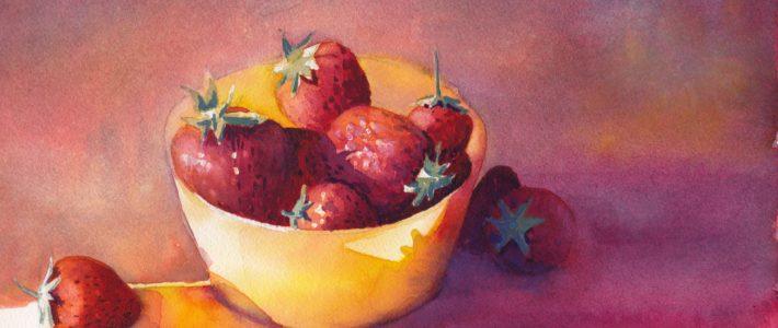 Erdbeeren vor violettem Grund